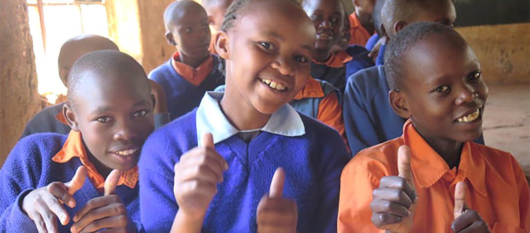 I Kenya ger skoluniformen respekt och vetskap om att barnet har flera vuxna omkring sig som kan skydda dem.