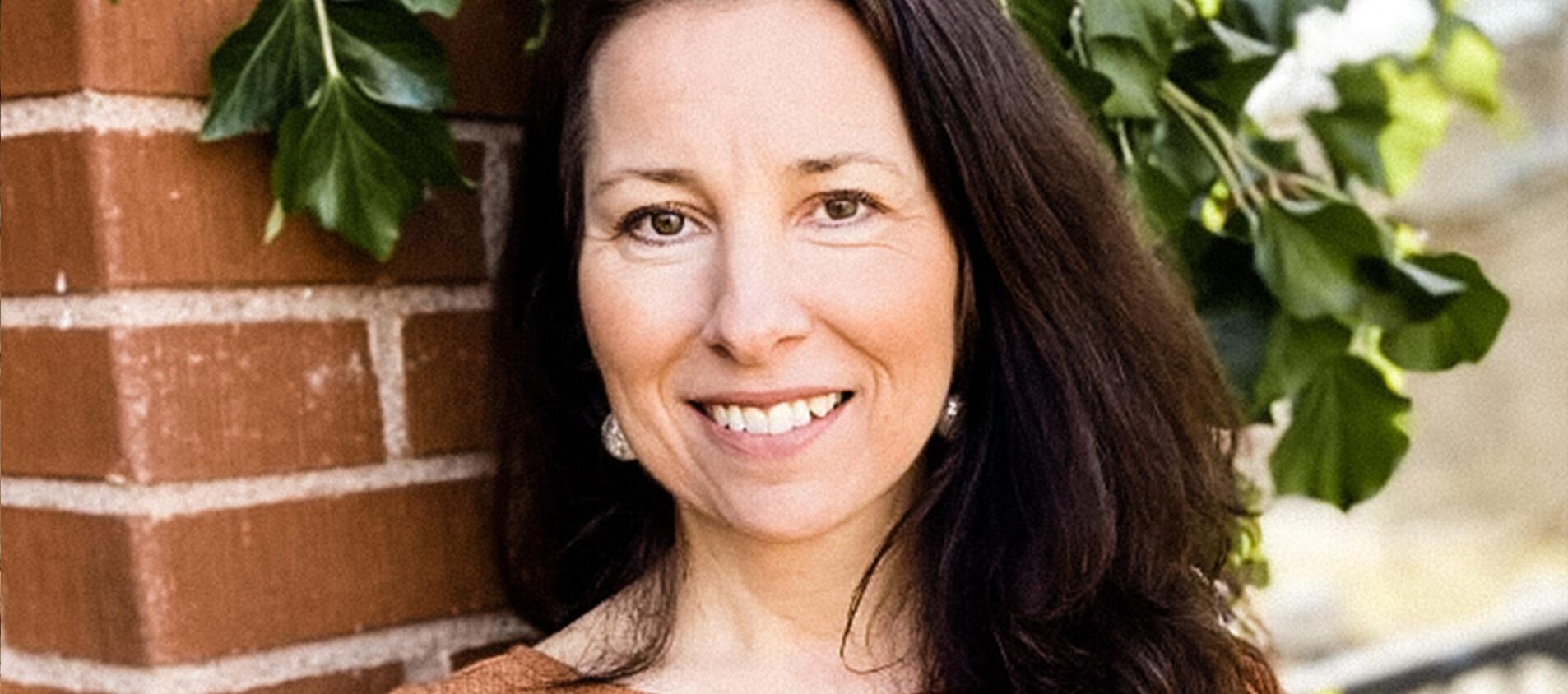 Ann-Sophie Palmér som har arbetat har arbetat med familjehem förklarar hur det fungerar med familjehem.