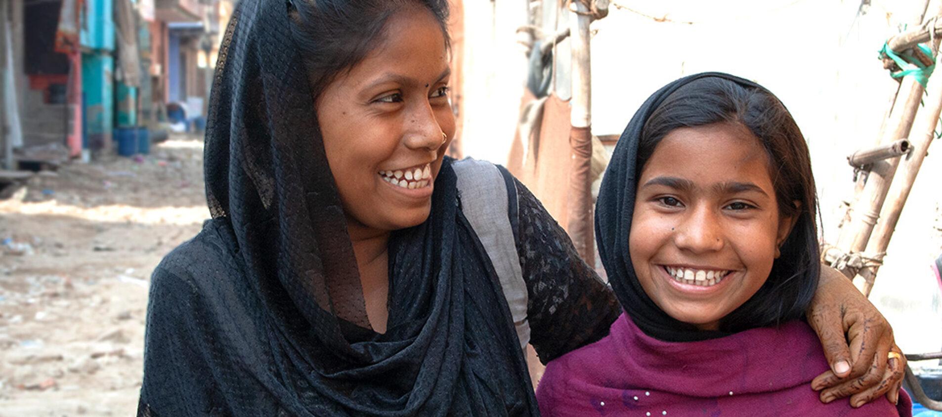 Ansura tillsammans med sin mamma i området Bhalaswa i New Dehli, där de bor.