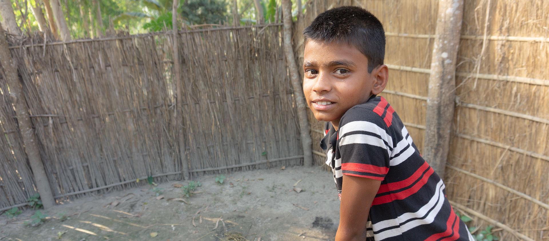 Asadul bor på en ö i en flod i Bangladesh