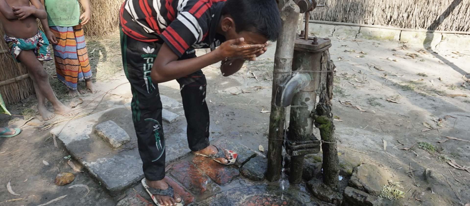 Det finns en vattenpump där Asadul bor och en på skolan.