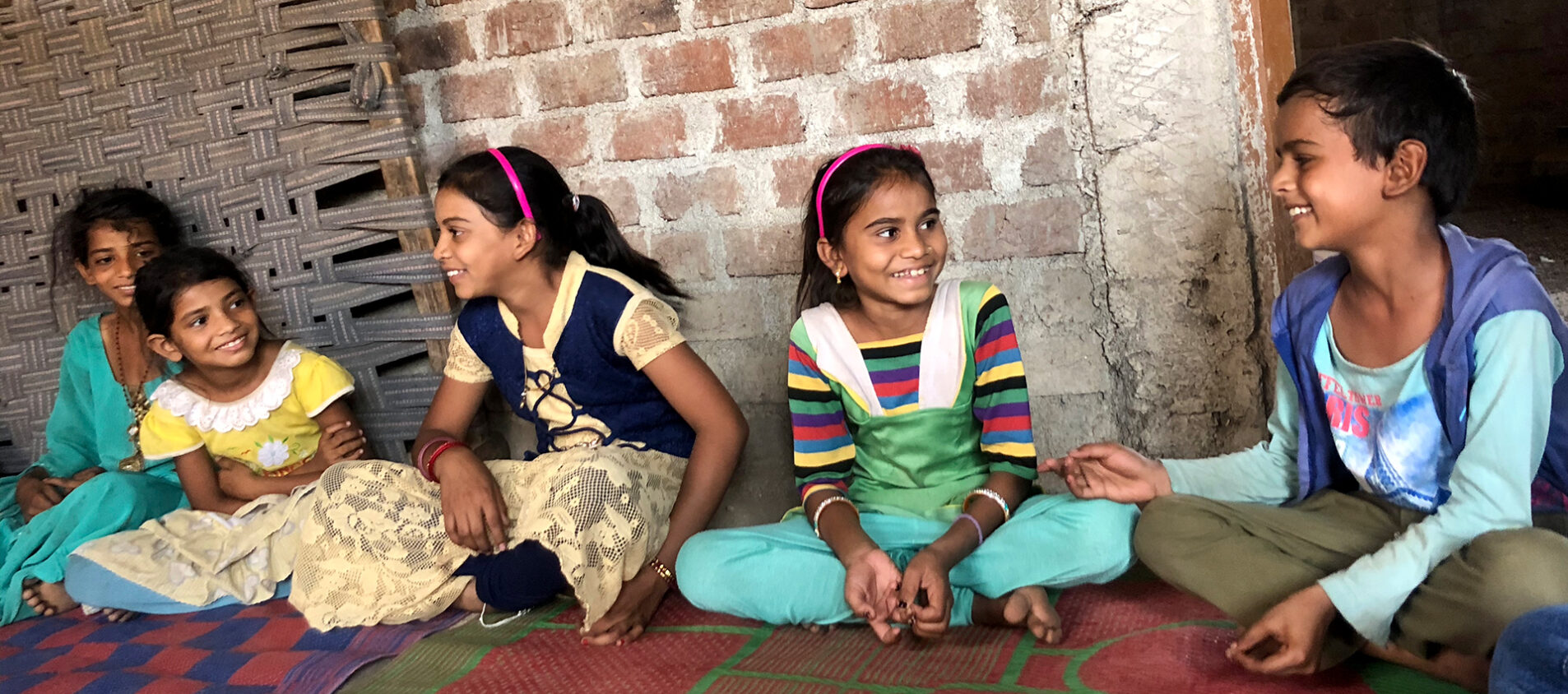 Neelan, Sanan, Jamra, Asish, Vandana är med i ett barnparlament