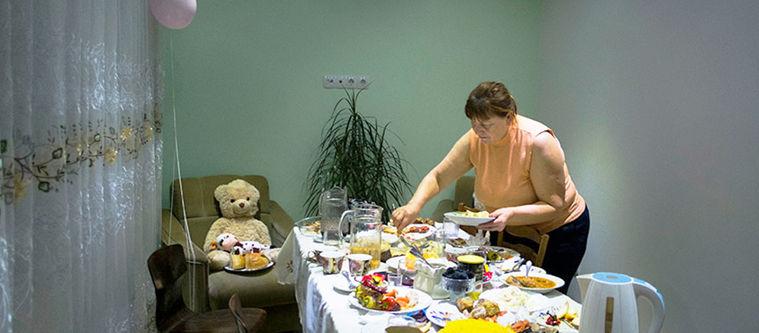 Beatrice måste bli klar med sina uppgifter innan middagen ska serveras. Då blir skrivbordet ett middagsbord som hela familjen fyller med mat.