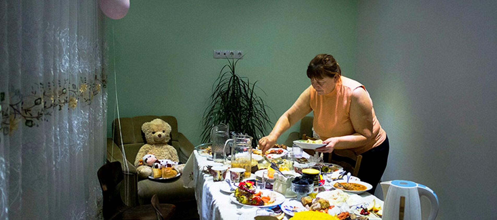 Beatrice måste bli klar med sina läxor innan middagen är klar. Då blir skrivbordet ett middagsbord som hela familjen fyller med mat.