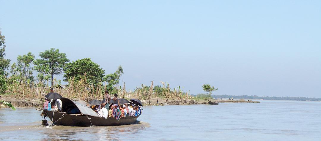 Asadul bor på en ö av lera. När vattnet stiger kan ön rasa ner i floden.