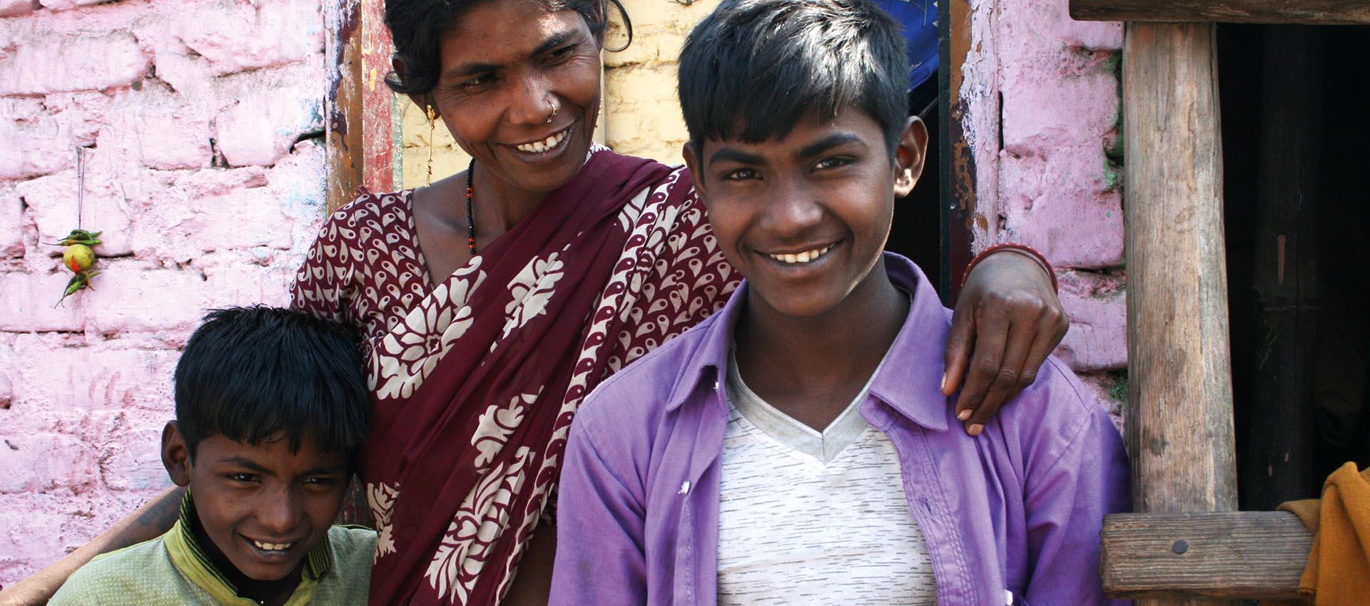 Här är mamma Geeta från Indien. Hon står här med sina söner Vinod 14 år och Sinod 10 år. Hon har också tre döttrar som heter Chanchal, Chandini och Payal.