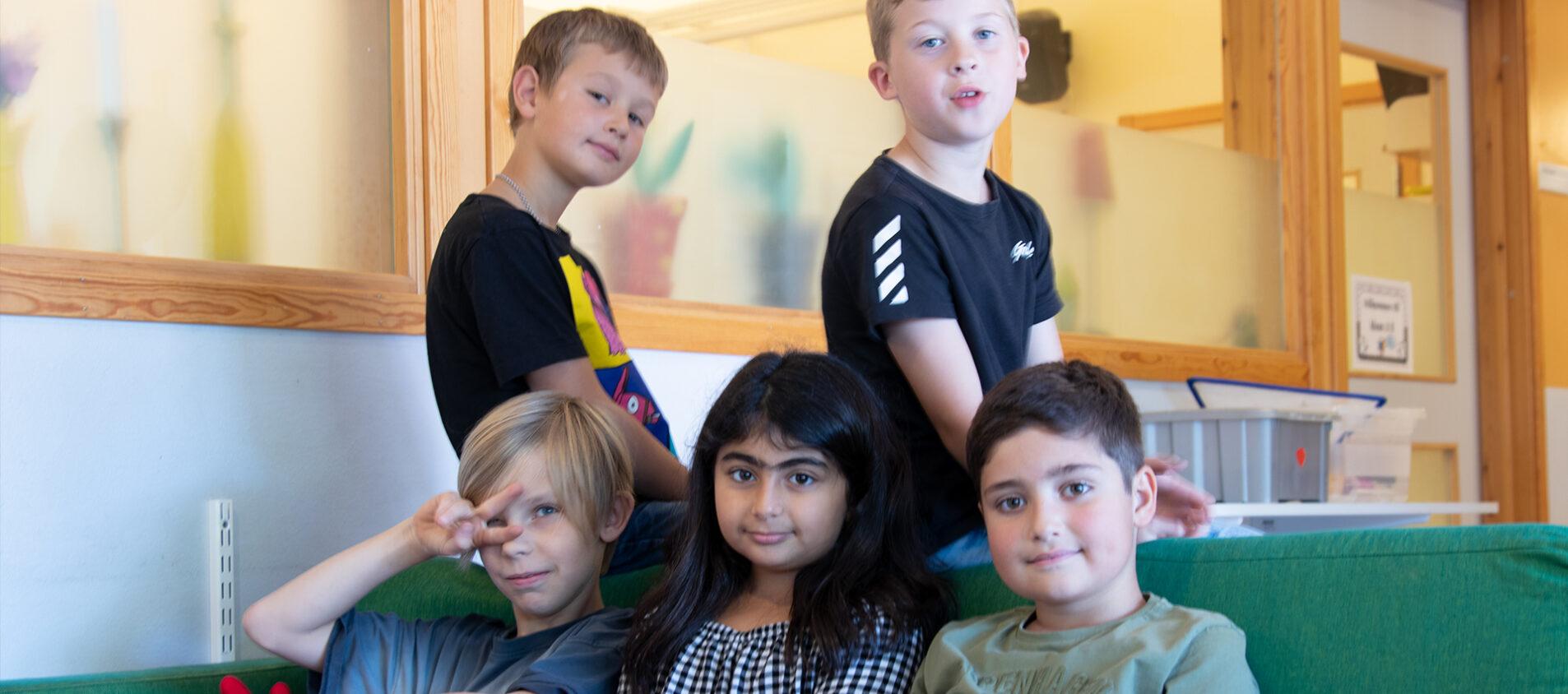 Elever på Grevhagsskolan i Eksjö. Över raden från vänster: Sixten och Alex. Nedre raden från vänster: Nils, Silwa och Khachik.