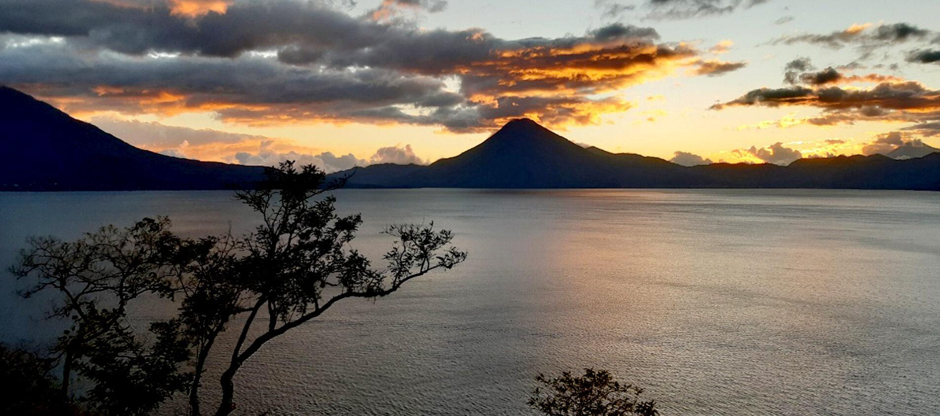Många turister kommer till staden för att se sjön och vulkanerna.