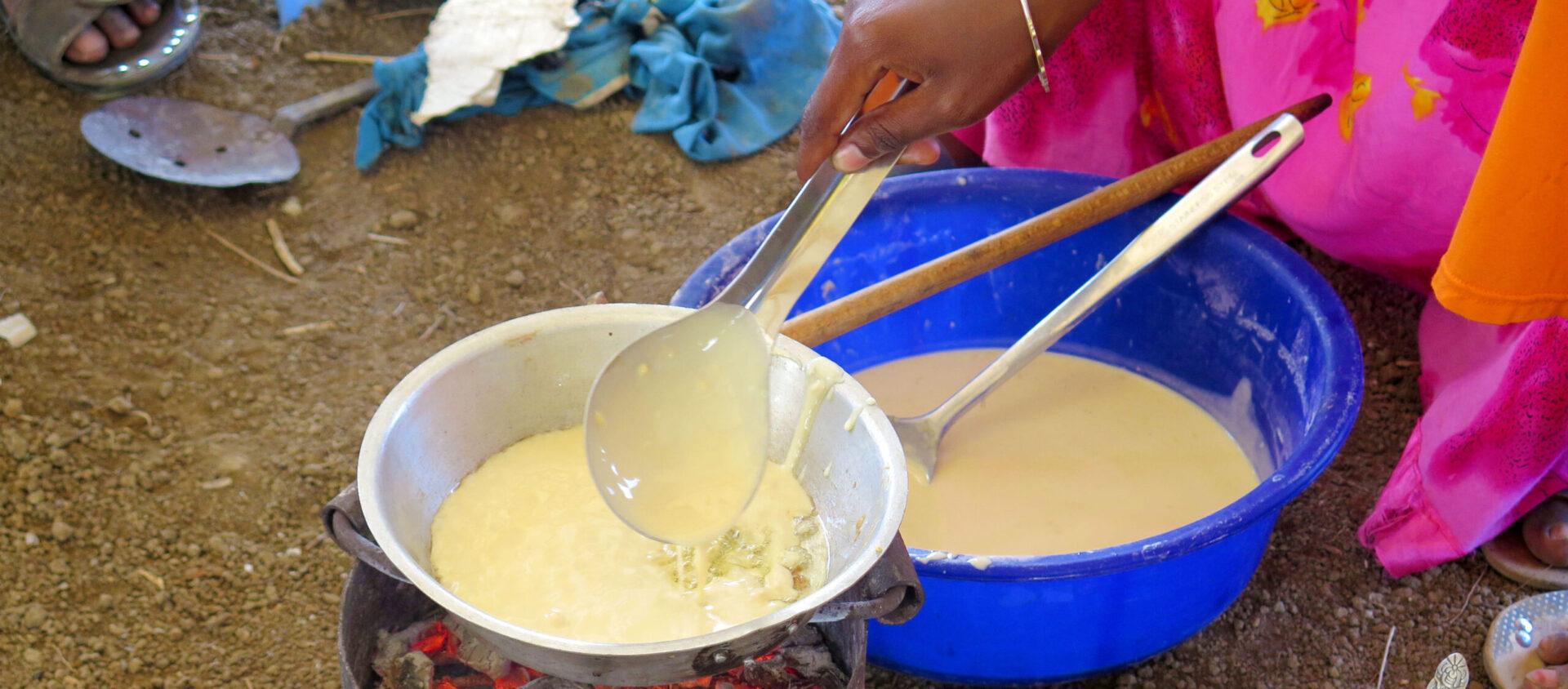Här gräddas pannkakor på lunchrasten i Tanzania