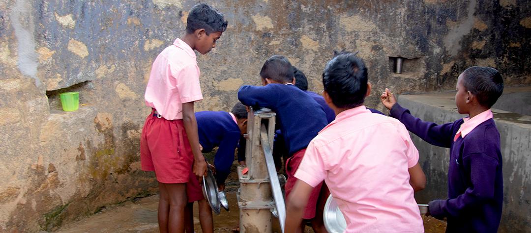 Elever i Indien diskar sin tallrik efter skollunchen