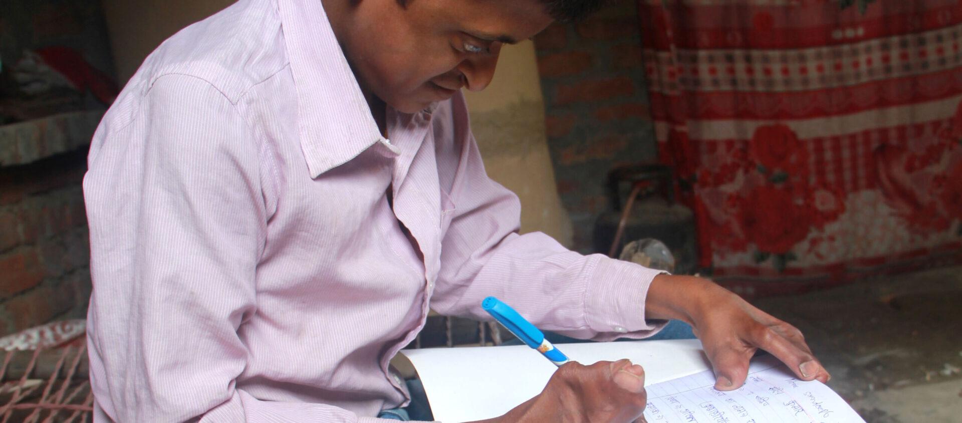 Organisationen såg också att Sandeep behövde en operation, och betalade för den. Efter operationen kunde Sandeep för första gången hålla i en penna och gå utan stöd.