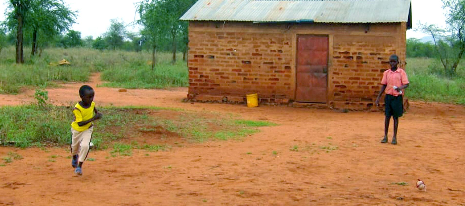 Mpapayio har kompisar han spelar fotboll med.