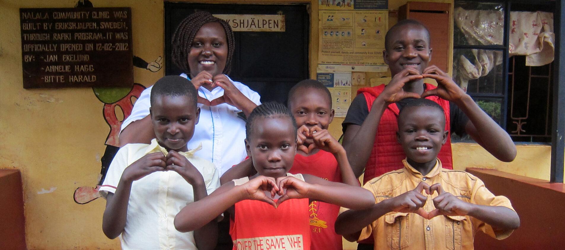 Elever på Nairrataatskolan tillsammans med Scolastica som samarbetar med Erikshjälen. Över raden från vänster: Scolastica, John och Derrick. Nedre raden från vänster: Tabitha, Tracy och Cyprian.