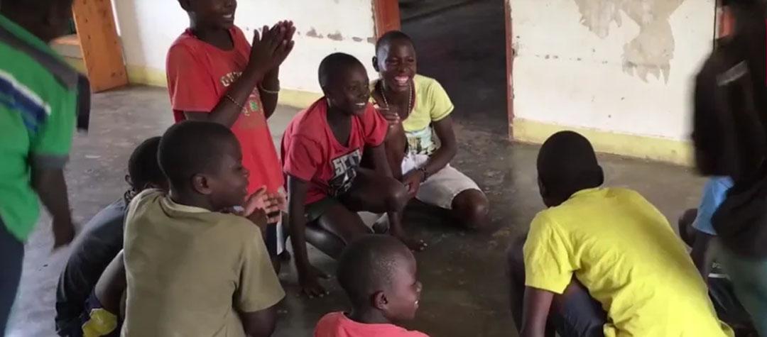 Lek stenleken från Uganda. Man kan anpassa leken så att alla kan vara med!