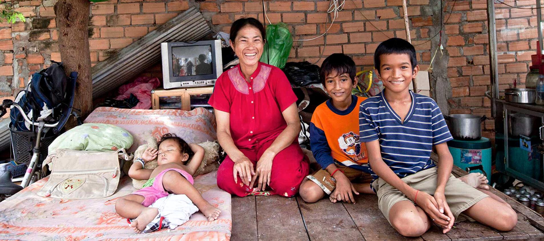 Den här familjen i Kambodjas huvudstad Phnom Penh tog ett lån och startade en lunchservering.