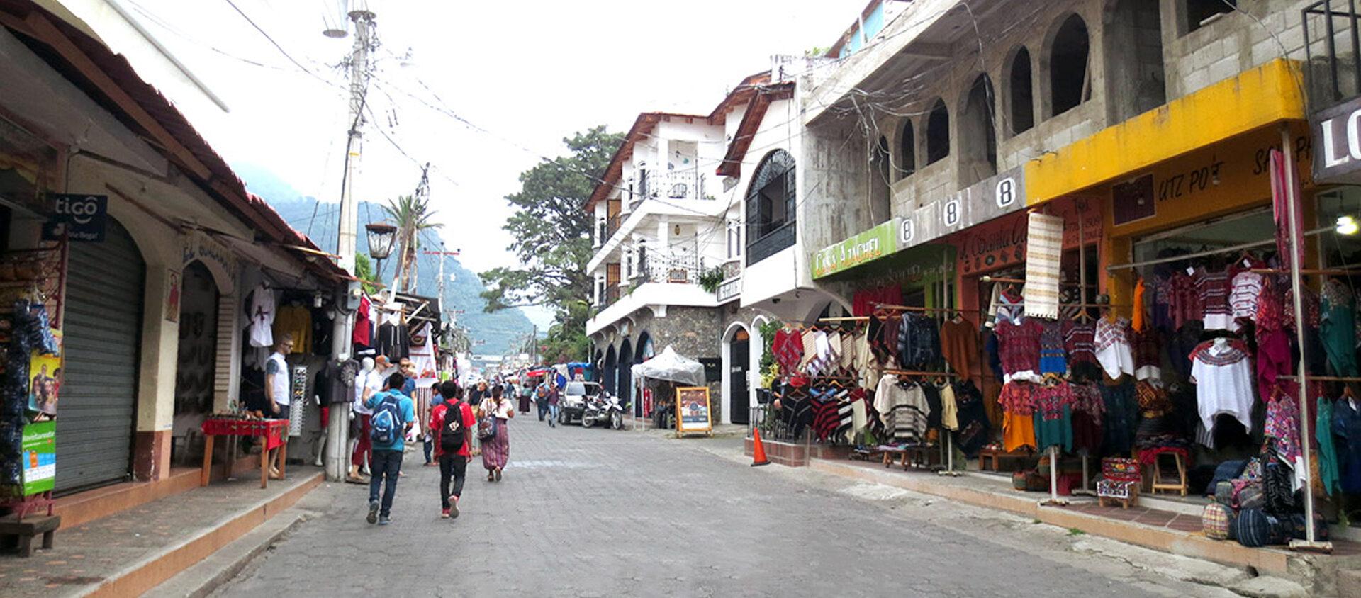 Moa bor i staden Panajachel i Guatemala. Där är skillnaden stor mellan rika och fattiga.