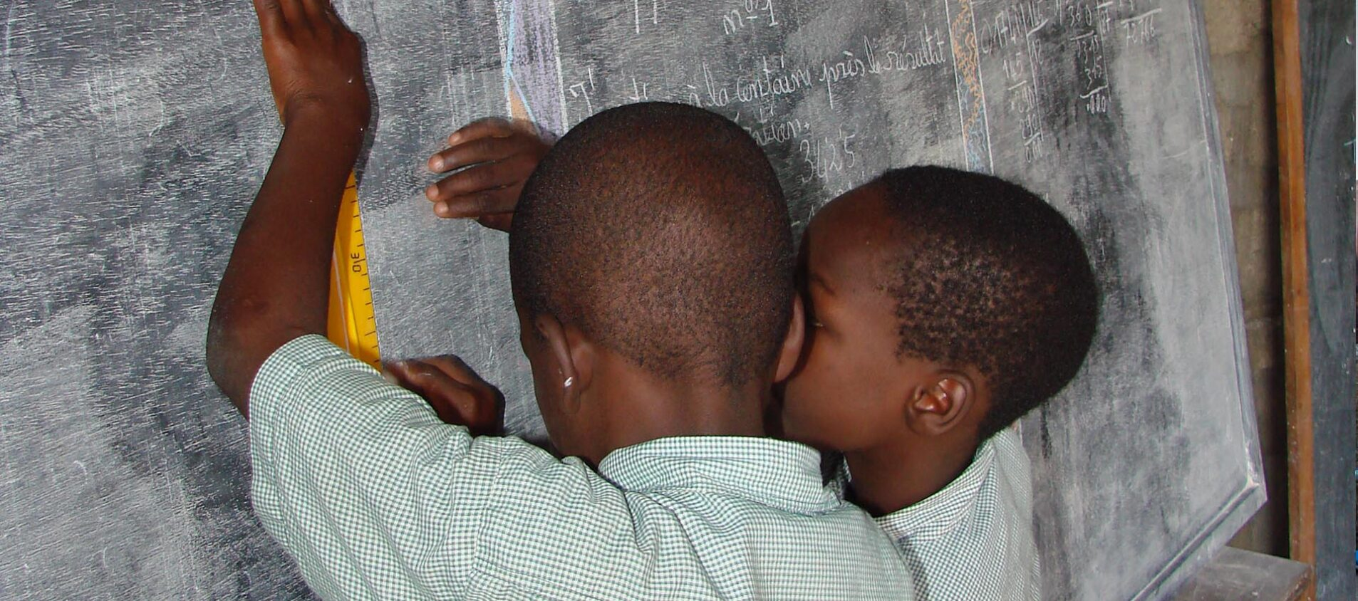 Raymond i Benin berättar att han och lillebror bor med mormor