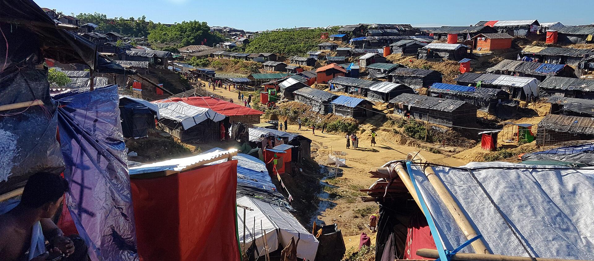 Ett flyktingläger i Bangladesh. Hit flyr många som tillhör folkgruppen Rohingyas. De flyr eftersom de blir förföljda av andra människor i sitt hemland Myanmar.