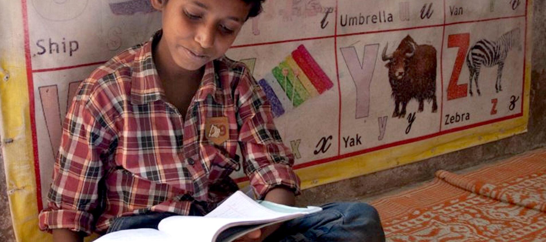 Sakir lär sig mycket både i skolan och på fritids. Han får ofta hjälpt med läxorna av sin mamma och pappa.