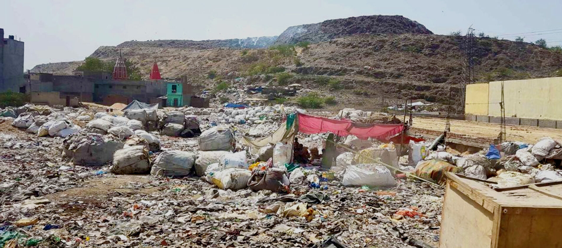 Sakir bor vid en soptipp och hans familj lever av att sälja det som slängs där. Ut ur soporna rinner gifter som smutsar ner vatten och natur. Det är farligt att leva där.