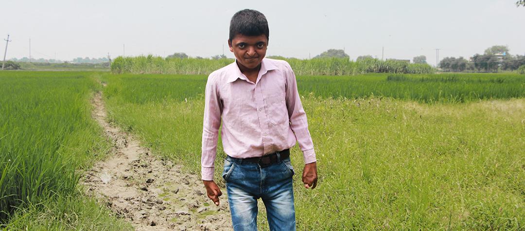 Sandeeps klasskamrater lärde sig att alla har lika värde. Så nu kan Sandeep fortsätta skolan och trivas där.