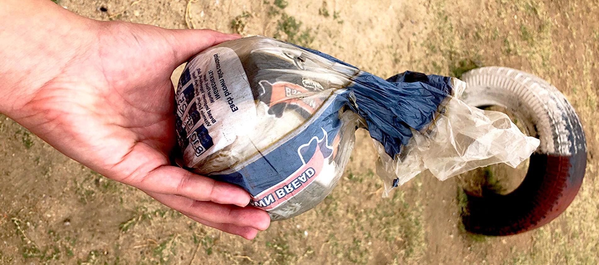 Eleverna har tillverkat en egen boll av plastpåsar.