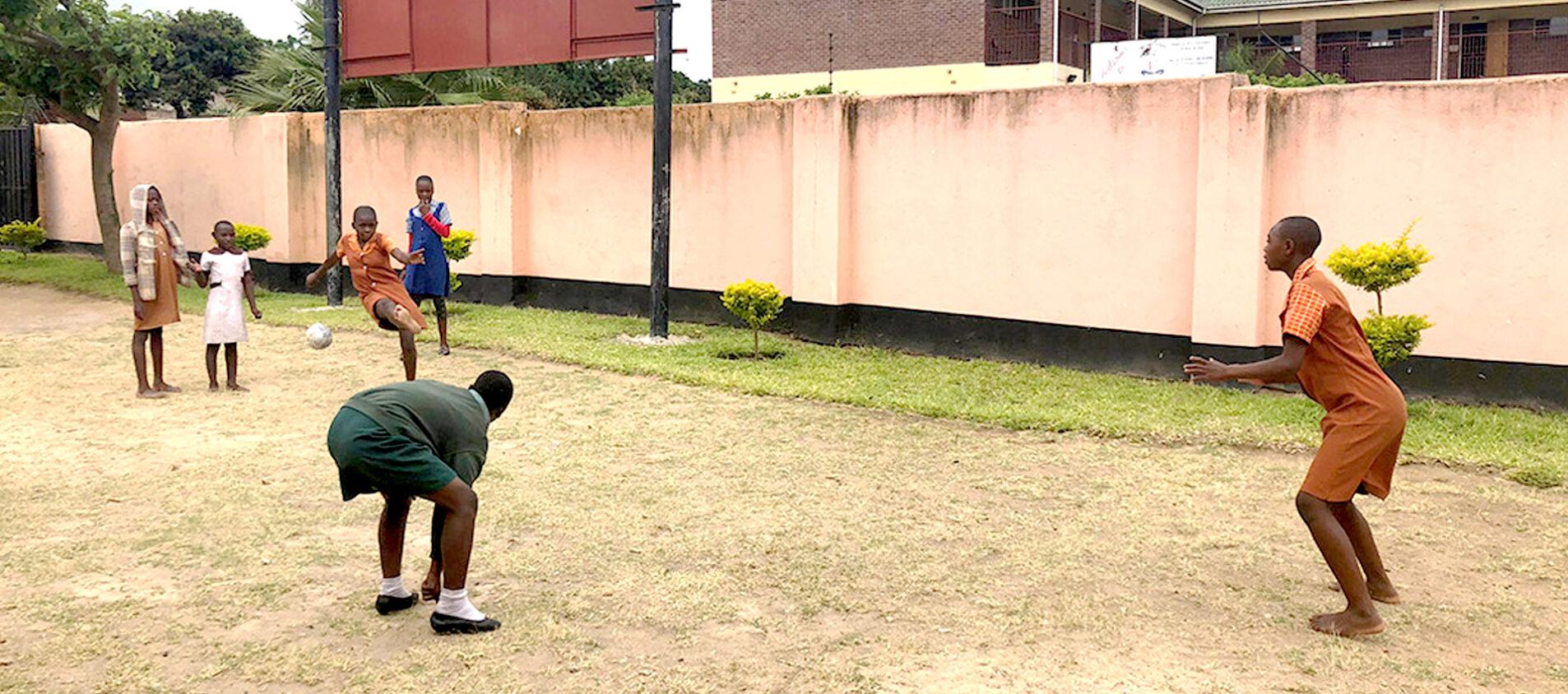 På rasten spelar Takudzwa fotboll med sina klasskamrater.