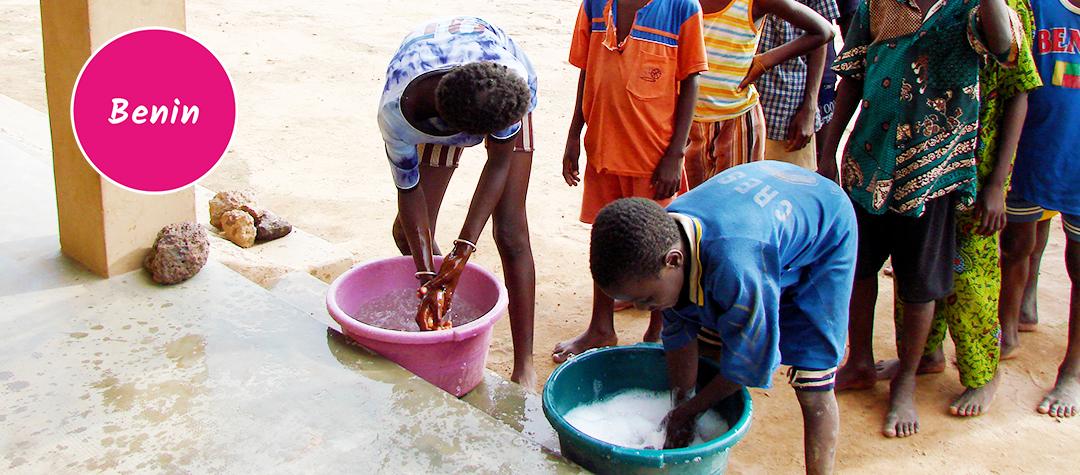 Barn som tvättar händerna i Benin