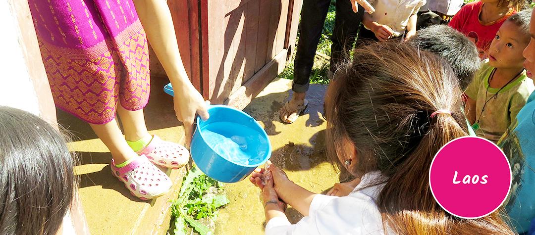 Barn som tvättar händerna i Laos
