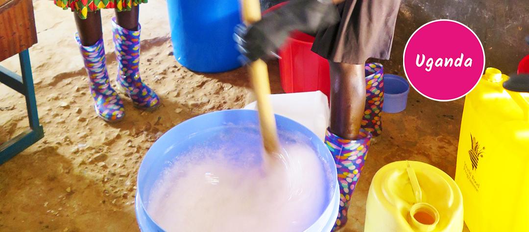 Barn som tvättar händerna i Uganda