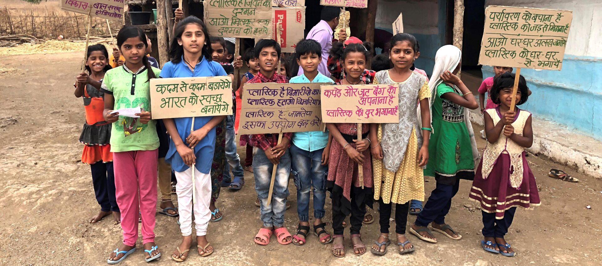 En grupp barn med plakat i händerna.