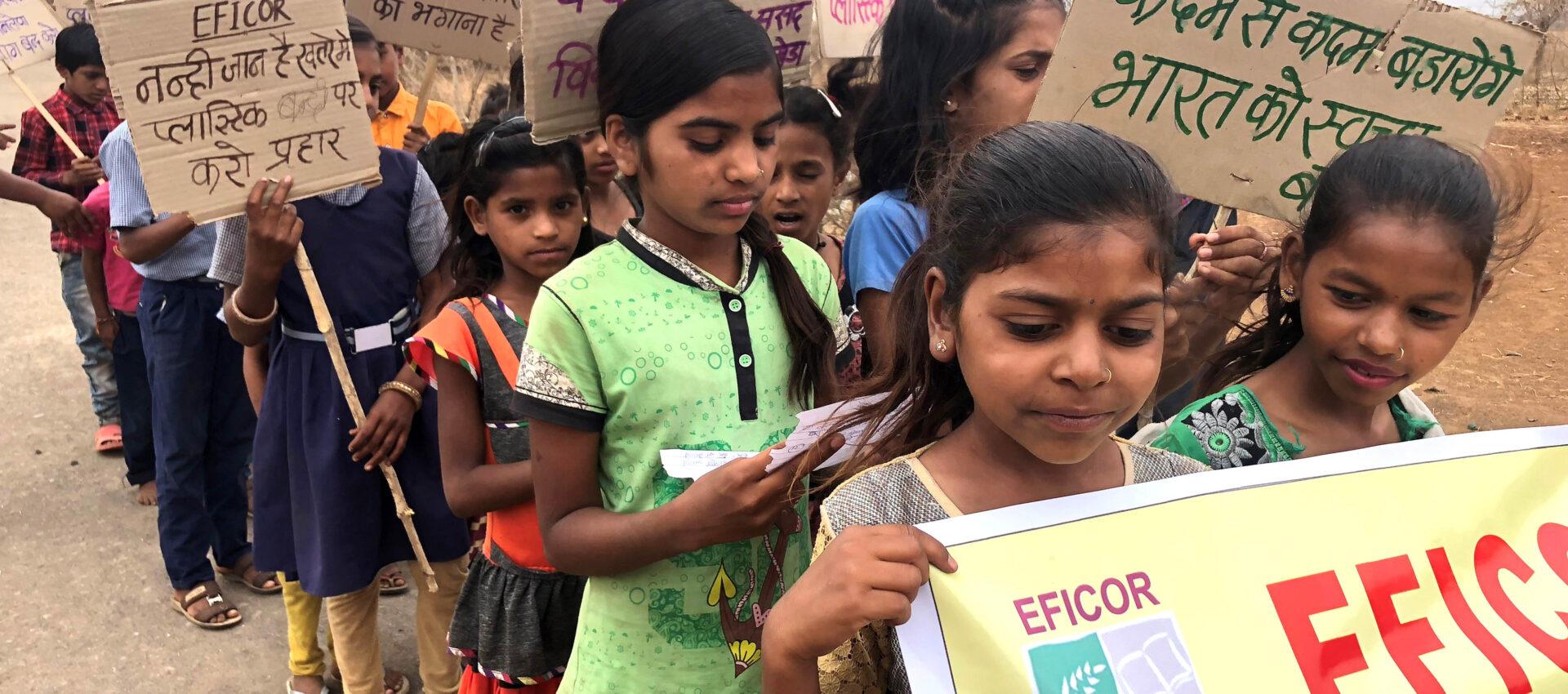 Många barn med plakat i händerna.
