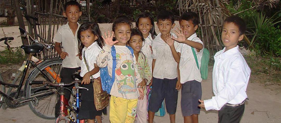 Barnklubb i Kambodja, här är de yngre barnen.