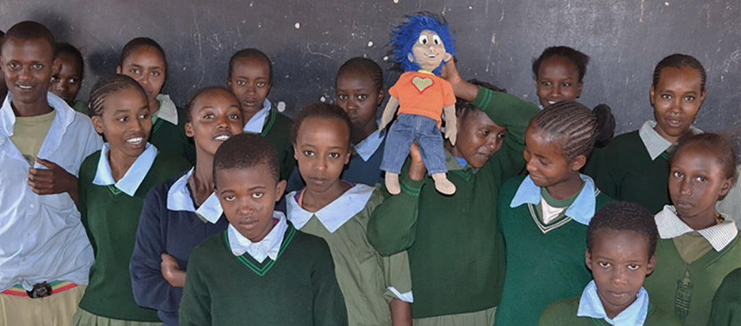 Rafiki hälsar på hos barnklubben i Kubi Bagassa, Kenya.