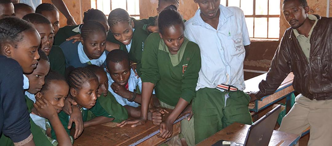 Barnklubben i Kubi Bagassa, Kenya, kollar in en filmhälsning från sin vänskola i Sverige.