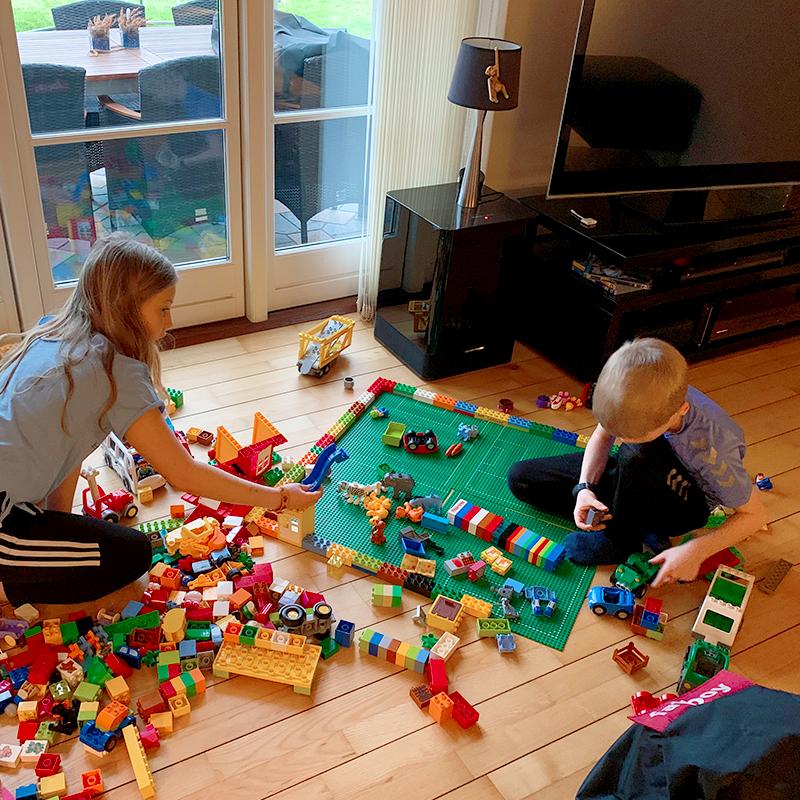 Simon bygger med Lego med sin syster i Danmark