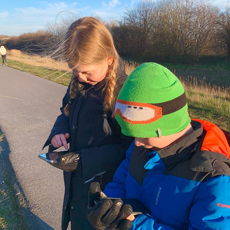 Simon spelar Pokémon Go med sin syster i Danmark