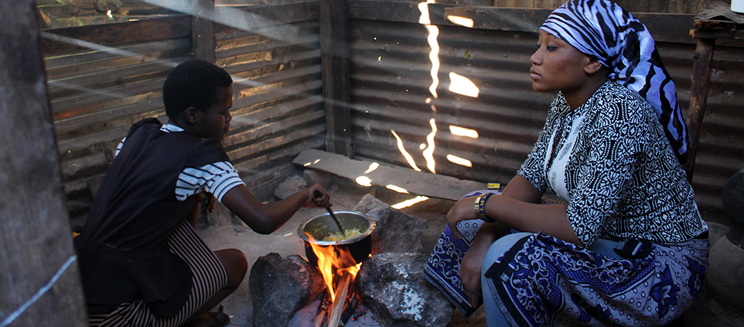 Nice och Nancy bor i Tanzania och till middag brukar de göra vitkålswok med morötter. Vitkål är nyttigt och gott. Woken brukar de ha som tillbehör till en köttgryta eller en grönsaksgryta.