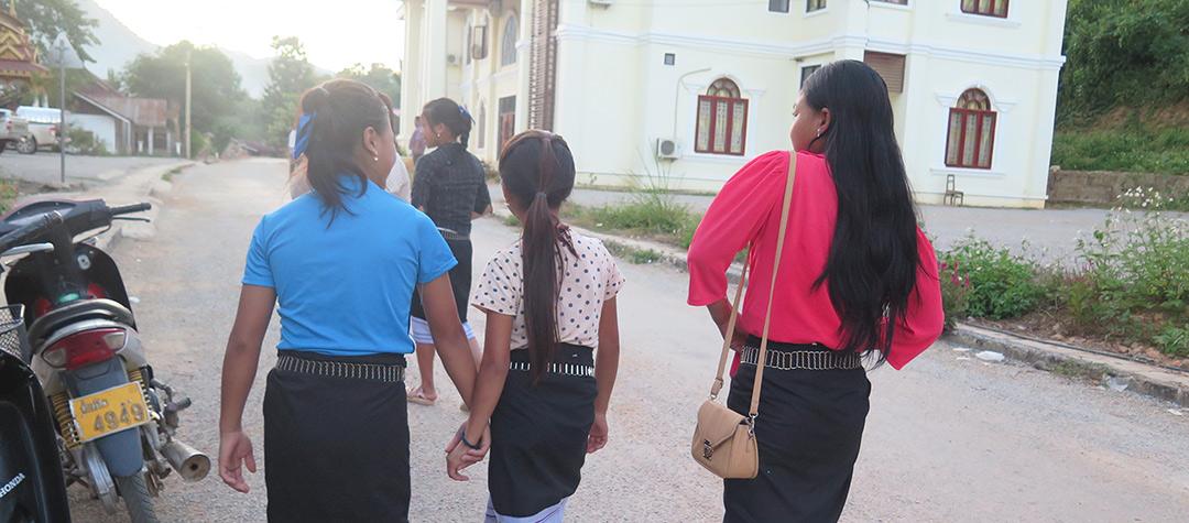 Elever i Laos på väg hem efter skoldagen.