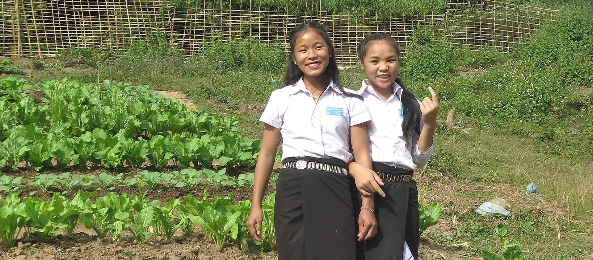 Nyaing (till vänster) är elva år och går första året på Secondary school. Det är som klass 6.