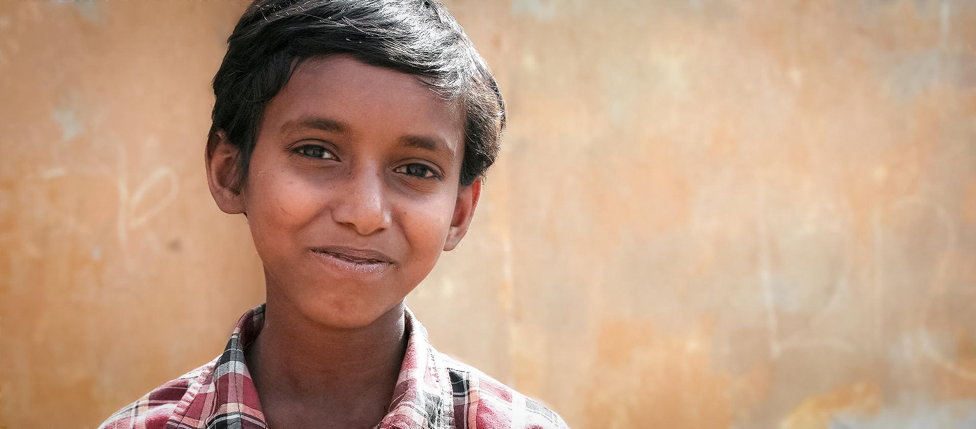 Sakir bor tillsammans med sin familj i utkanten av Indiens huvudstad New Delhi. De bor i stadens fattigaste delar, i slummen.