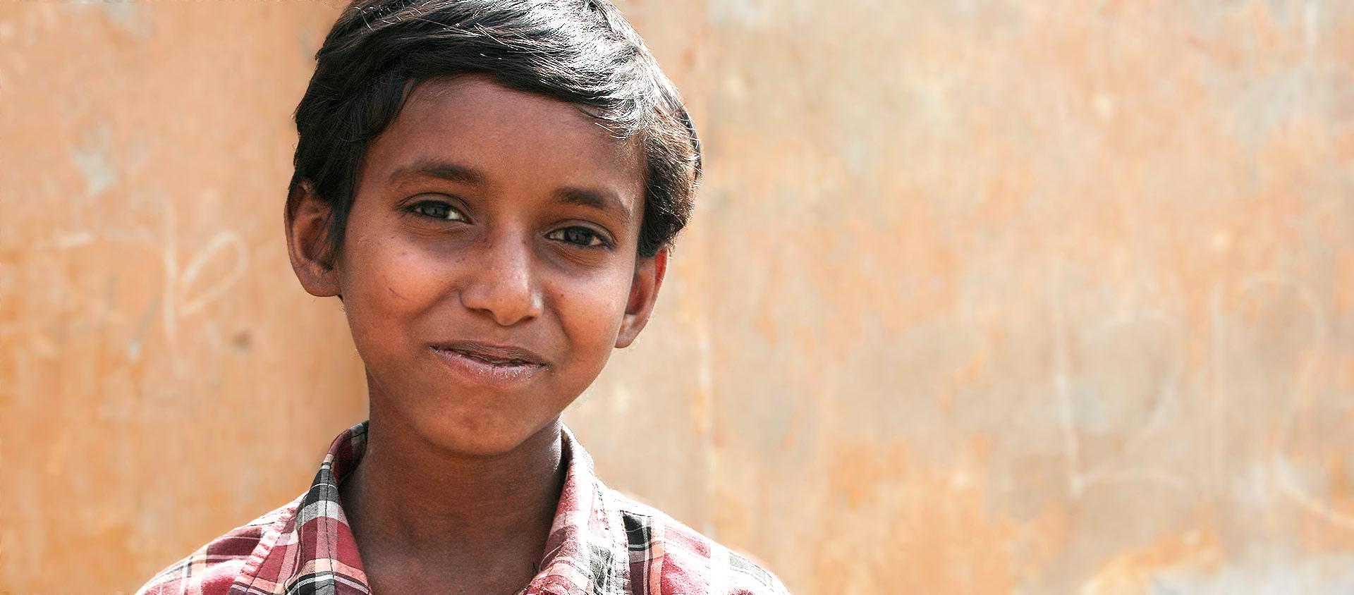 akir bor tillsammans med sin familj i utkanten av Indiens huvudstad New Delhi. De bor i stadens fattigaste delar, i slummen.