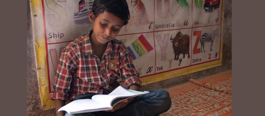 Sakir lär sig mycket i skolan och på fritids. Han får ofta hjälp med läxorna av sin mamma och pappa.
