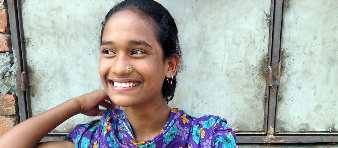 Sheela är 11 år och bor på ön Kamarbashpata i norra Bangladesh tillsammans med sin mamma och sina syskon.