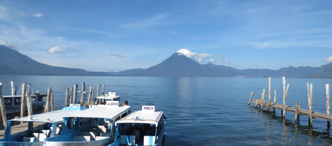 Vid den vackra Atitlánsjön ligger tre stora vulkaner.