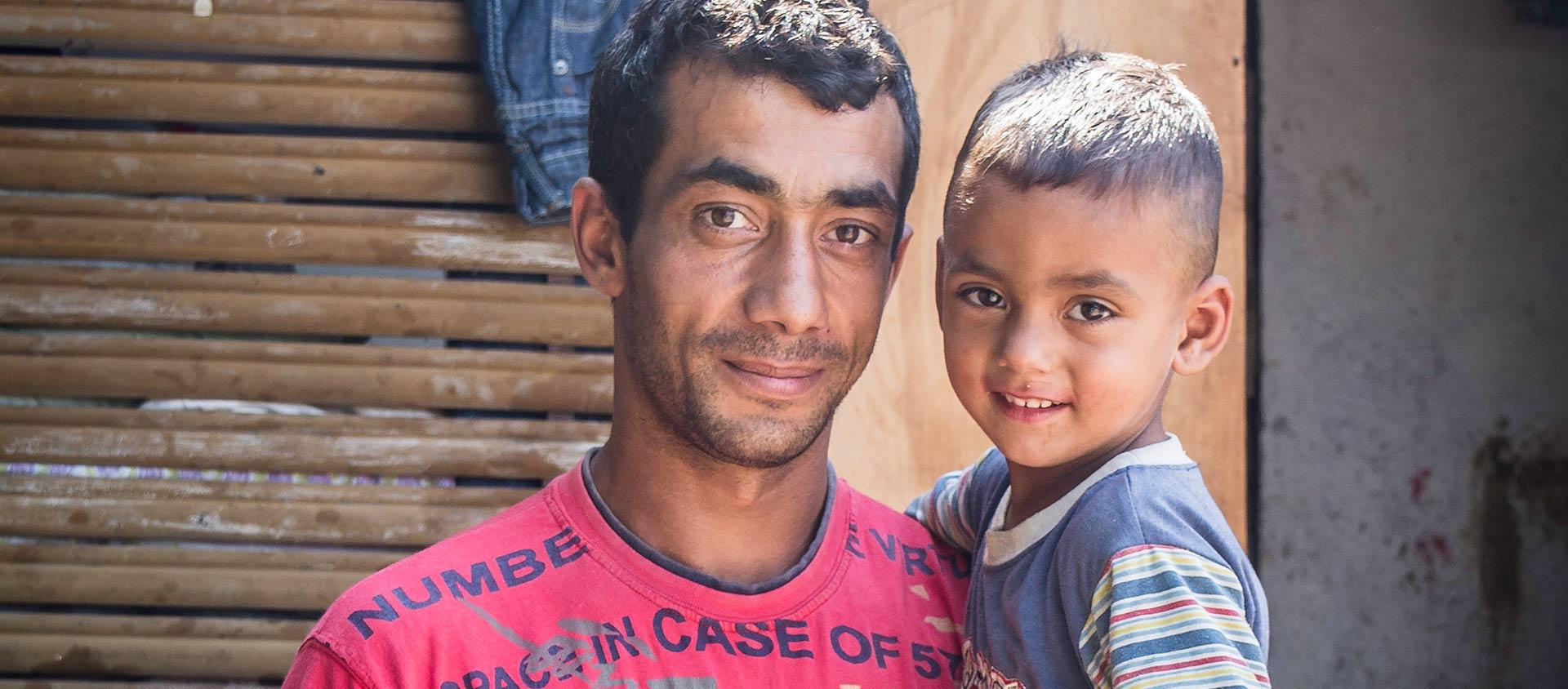 Tibi bor med sin familj i en by i Rumänien.